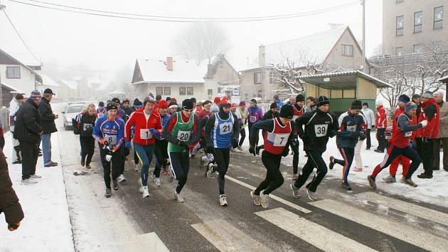 Odstartováno - 48 statečných mužů a žen se vydalo na 11,5 km dlouhý Novoroční běh v Horním Kostelci.