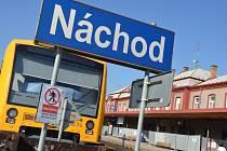 Na vlakovém nádraží v Náchodě přebíhají lidé přes kolejiště a porušují zákaz.