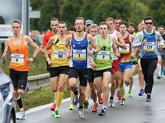 VYTRVALEC novoměstského Sportovního klubu Dominik Sádlo (zelený dres s číslem 9) skončil v letošním ročníku mistrovského závodu mužů v silničním běhu na 10 kilometrů pátý.