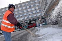Odklízení sněhu v Novém Městě nad Metují.