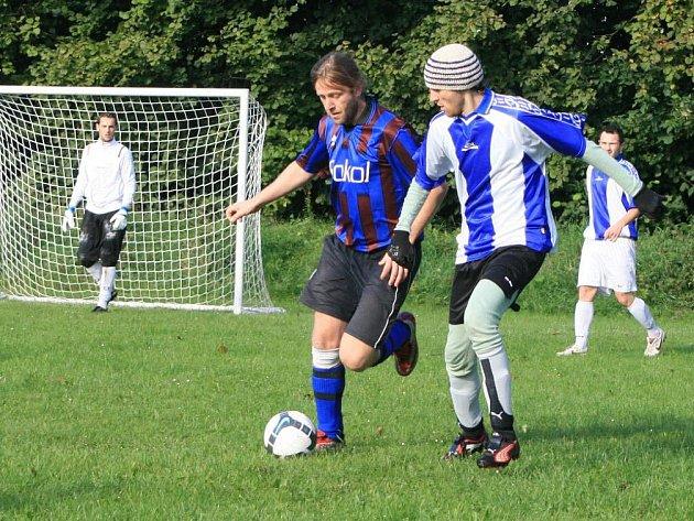 Futsalisté Řešetovy Lhoty (v bílo–modrém) si připsaly vítězství nad Velkými Petrovicemi a remízu s Vernéřovicemi.