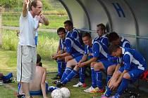 TRENÉR náchodských fotbalistů Radovan Hromádko vysvětluje svým svěřencům, jak by si to na hřišti představoval.
