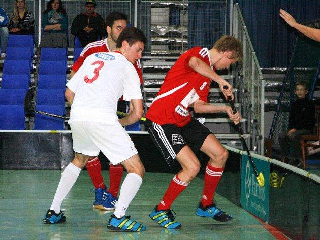 NÁCHODŠTÍ florbalisté (v červeném) svým příznivcům moc radosti nedělali, když obě domácí utkání prohráli.