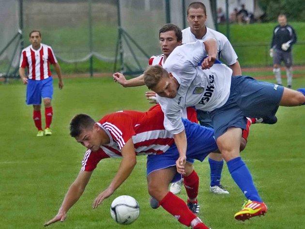 TVRDÝ souboj novoměstského Dominika Nejmana s jaroměřským Lukášem Rejchrtem (v pruhovaném). Derby nakonec dospělo až do penaltového rozstřelu, v němž byli šťastnější hosté.