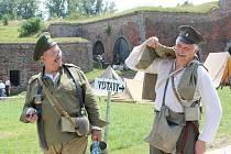 Památnou bitvu českých legionářů na ruské frontě sehráli i vojáci z Polska a Ruska. Vydolovali kvůli ní i zákopy.