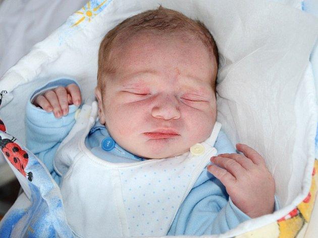 TOBIÁŠ DOHNAL se narodil 2. května 2013 v 6:24 hodin s váhou 3050 gramů a délkou 49 centimetrů. S rodiči Sandrou a Jiřím, a s pětiletým bráškou Danečkem, mají domov v Jaroměři.