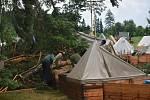 Před týdnem podobným způsobem bouřka zasáhla dětský tábor u Vernéřovic na sousedním Náchodsku. Na stany postavené na hraně lesa udeřila silná bouřka s vydatným větrem a deštěm. Řádění živlů tábor doslova zpustošilo.