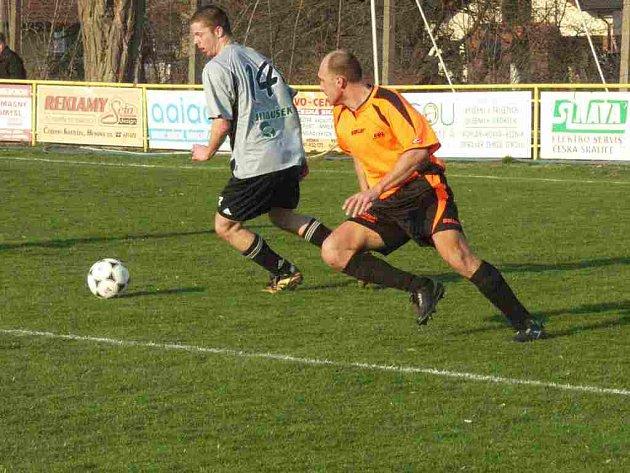 Skalický záložník Tomáš Voráček se snaží něco vymyslet proti Tomáši Kubíčkovi ze Lhoty pod Libč.
