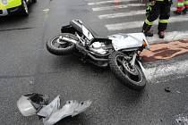Dopravní nehoda osobního automobilu a motocyklu v náchodské Borské ulici.