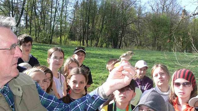 Ornitolog Vojtěch Volf  ukazuje žákům Jiráskova gymnázia, jak kroužkovat ptáky.
