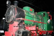 HURÁ NA MAŠINY, kterých mají v železniční výtopně v Jaroměři několik. Navštívit ji lze i během sobotní jízdy vlaku.
