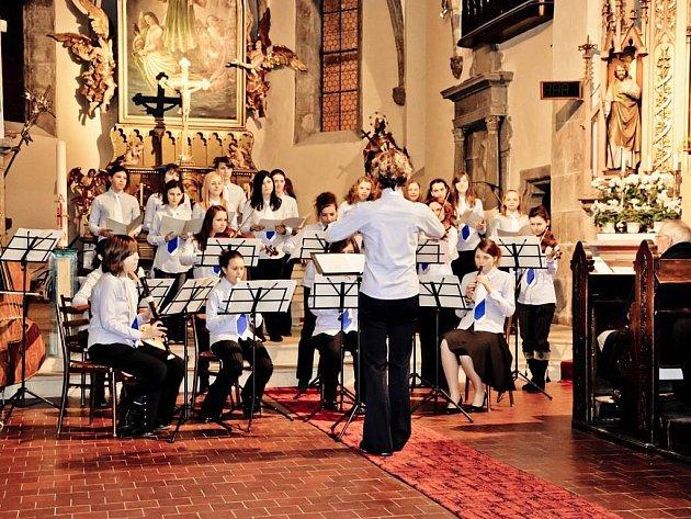 Vokálně-instrumentální soubor Musica Viva Jiráskova gymnázia Náchod.