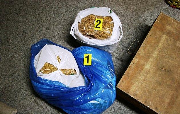 Při samotném zadržení uobou podnikavců celníci našli a zabavili 17tisíc nekolkovaných cigaret různých značek a 14,5kg tabáku.