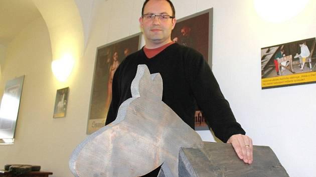 ŘEDITEL REGIONÁLNÍHO MUZEA Petr Landr u mučícího nástroje, kterému se říká osel. Mučeného tlačil do rozkroku.