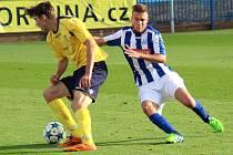 NOVOMĚSTSKÝ Martin Klikar (u míče) sice dokázal Náchodu gól vstřelit, na body to ale Novému Městu nad Metují nakonec stejně nestačilo.