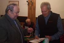 ZÁSTUPCE TJ Sokol Starkoč Jaroslav Rufer (vpravo) přebírá ocenění  za vítězství ve 48. ročníku soutěží vesnických jednot.