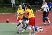ZATÍMCO v domácím utkání (na snímku) porazily národní házenkářky Krčína (ve žlutém) soupeře z Hlinska jen o jediný gól, na hřišti soupeře vyhrály o gólů šest.