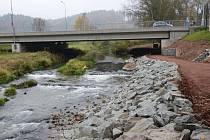 Cyklostezka, kterou budují pod Slánským mostem u hraničního přechodu v Bělovsi, bude sloužit už za několik dnů.