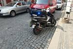 Dopravní nehoda motocyklu a chodce v Jaroměři.