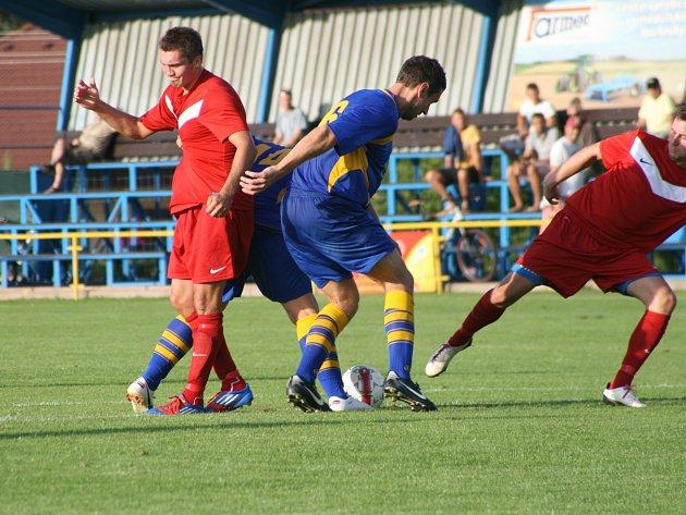Kanonýr Jaroměře Martin Škoda (vlevo).  sice tento souboj proti dvojici protihráčů prohrál, v utkání ale přesto zaznamenal hattrick a velkou měrou se tak podílel na vysoké výhře svého týmu.
