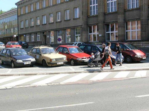 V centru města se nacházejí tři parkovací plochy, a to vedle Městského úřadu (na snímku), na autobusovém nádraží a před hotelem Šrejber, s celkovou kapacitou asi 70 míst. Podle občanů jsou však během dne často obsazena a najít místo k zaparkování je mnohd
