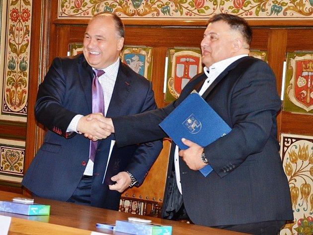 Starostové Náchoda a Kudowy Zdrój po podpisu společné dohody onaučné stezce, která spojí obě města a zvýší počet návštěvníků vpříhraničním regionu.