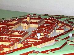 LADISLAV JIROUŠ model pevnosti postavil přesně tak, jako když se pevnost původně zaměřovala. Všechny úhly obranného systému sedí, aby bylo vidět, jak to měli tehdejší projektanti vymyšlené.