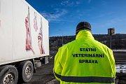 Nákladní auta vozící maso kontrolovali na hranicích s Polskem v Náchodě. Celní správa, policie a veterinární správa kontroluje dovážené potraviny.