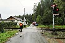 PŘEJEZD V BŘEZOVÉ kde došlo ke střetu. Zatímco projíždějící vlak měl poškození nevelkého rozsahu v pravé přední části, tak automobil odnesl střet zcela zdemolovaným předkem.