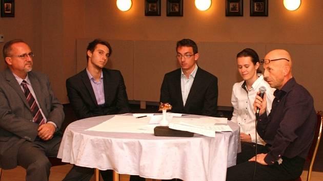 MODERÁTOROVI slavnostního podvečera Aleši Žďárskému (zcela vpravo) dělá společnost vícebojařské trio ve složení: zleva Jan Doležal, Radoš Rykl a Michaela Broumová. Zcela vlevo je pak novoměstský starosta Petr Hable.
