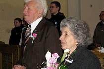 Diamantovou svatbu oslavili v sobotu manželé Vincent a Anna Valachovi z Teplic nad Metují – Javoru. Mše svaté, jež byla za ně v teplickém kostele sloužena, se zúčastnila početná rodina. Valachovi uzavřeli své manželství před 60 lety právě v tomto kostele.