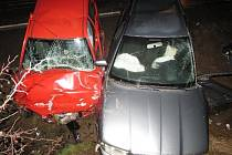 Auta mladých řidičů skončila v příkopu a tři lidé v nemocnici.