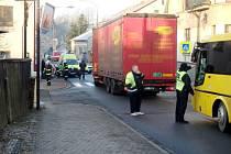 Nákladní automobil v Červeném Kostelci porazil nezletilou osobu.