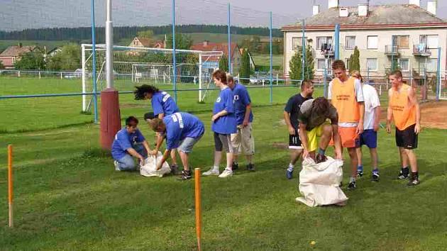 SKÁKÁNÍ V PYTLI byla jedna z disciplín jež prověřila kvality družstev hasičů (vlevo) a sportovců ze Sokola.