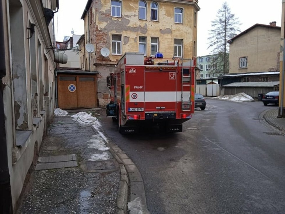 Profesionální a dobrovolní hasiči zBroumova zajistili vTyršově ulici technickou pomoc při vodovodní havárii po prasknutí stoupačky.