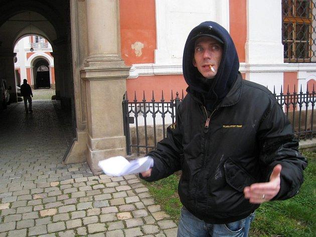 Jiří Strach, režisér seriálu Ďáblova lest, u kláštera v Broumově.