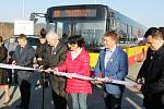 Slavnostní zahájení provozu nové linky doprovázelo nezbytné přestřižení pásky a zápisy hostů do pamětní knihy města.