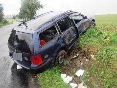 Na skutečnost, že pneumatiky na mokré silnici snadněji uklouznou a auto může dostat smyk, doplatilo hned několik motoristů.