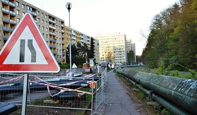 Nerovné a popraskané chodníky na Mánesově nábřeží vNáchodě jsou mnohaletým problémem. Některým lidem se ale nelíbí, že při rekonstrukci chodníku sice zmizí parovod, ale vodovod zatím zůstane nad zemí.