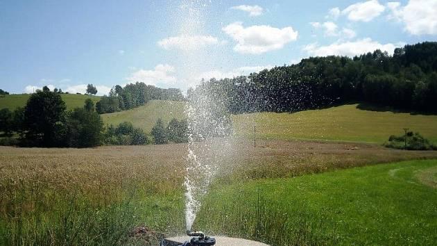 Vrty s minerální vodou vznikly po úspěšném geologickém průzkumu zřídelní oblasti Běloves a patří městu.