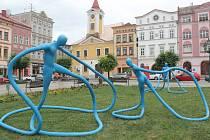 Broumovské náměstí letos oživili modří tanečníci.