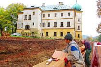 ZÁMEK V ADRŠPACHU na lepší časy čeká. Během podzimu se v jeho okolí staví chodník a vyrůstá u něj zámecká zeď.
