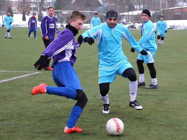 V PRVNÍM přípravném utkání zimní fáze podlehli fotbalisté Broumova (ve světle-modrém) náchodskému staršímu dorostu 0:4.