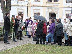 U pomníku spisovatelky Boženy Němcové na Husově náměstí si připomenuli den jejího narození, tedy 4. únor 1820.