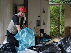 DAVID TROUTNAR z Náchoda se o areál běloveských lázní a budovu bývalé stáčírny stará zcela dobrovolně a rád.