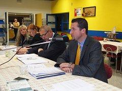 Na pondělním ustavujícím zasedání zastupitelstva města Česká Skalice byl do funkce starosty zvolen (zprava) Martin Staněk (SNK) a místostarosty Tomáš Hubka (ODS a NK).