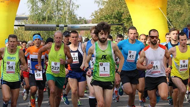 NOVOMĚSTSKÝ atlet Kamil Krunka (startovní číslo 1) si běží pro pohodové vítězství v letošním ročníku Ceny Metuje.