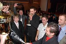 Vítězné družstvo Prezidentů se pustilo do mohutných oslav, kde šampaňské teklo proudem.