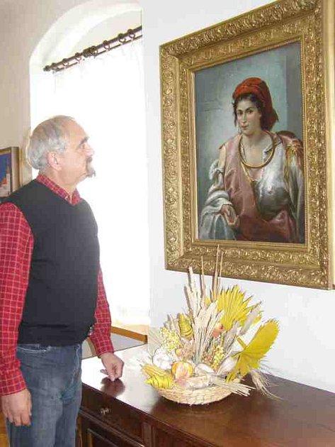 MÍSTOSTAROSTA Červeného Kostelce Karel Cejnar s jedním exponátem  z obrazové sbírky města.