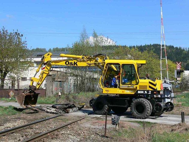 Kvůli opravě železničního mostu, která potrvá až do pátku 20 hodin, je uzavřena silnice z Hronova směrem na Slavíkov.